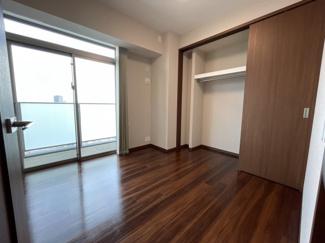 約5.5帖の洋室。表示数よりも広く感じる南向きの洋室
