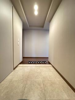 大理石を敷き詰めた広々とした玄関