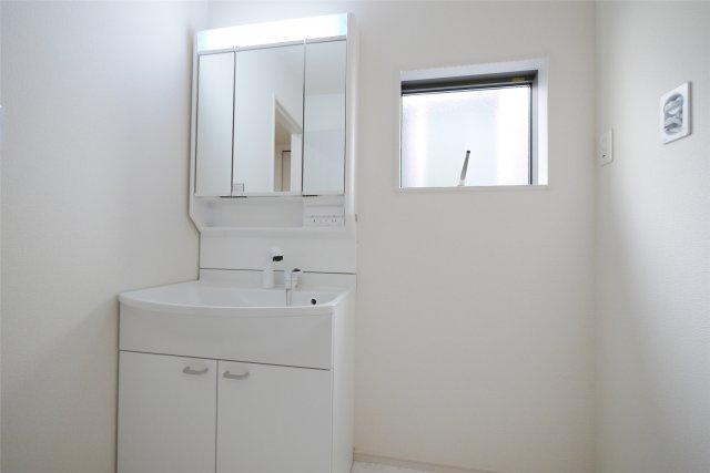-同社施工例- 開放感と清潔感を感じる小窓付き洗面室。新生活のモーニングシーンを支えます。