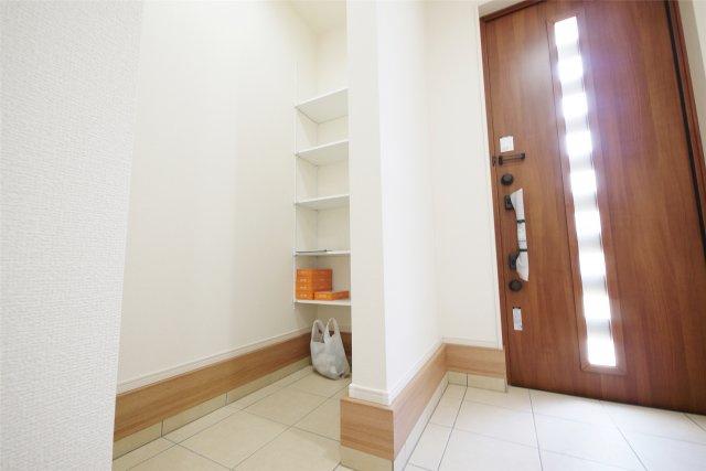-同社施工例- ゆとりのある玄関は大勢の来客があっても安心ですね。
