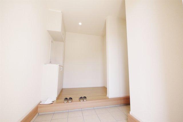 -同社施工例- 玄関は天井高の収納でスッキリ整理できます。