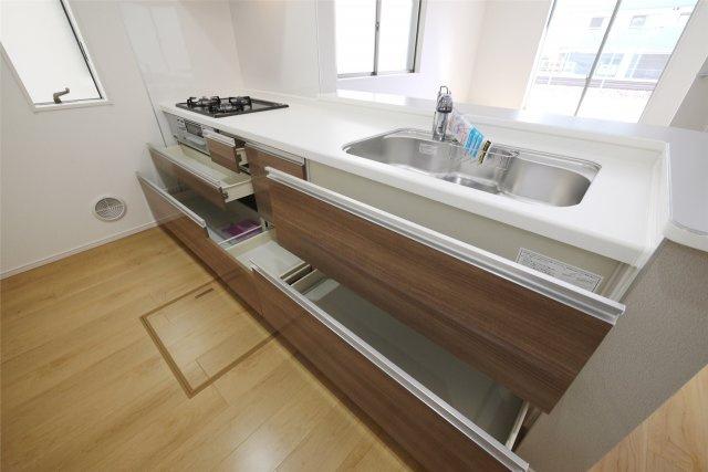 -同社施工例- 収納が豊富な開放的な雰囲気のカウンターキッチン。  料理もおいしくできそうです!