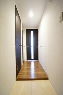 玄関には奥行きがあり、白を基調とした開放感溢れる玄関です。玄関の鍵は高性能ピッキング対策シリンダー採用しております。