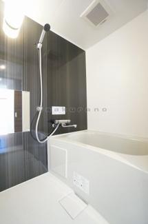 清潔感溢れるスタイリッシュなデザインの浴室です。また浴室は、掃除のしやすさにも配慮されています。