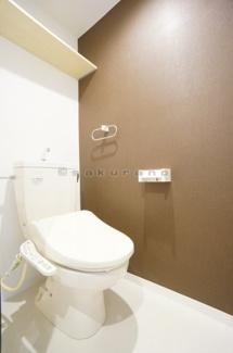 明るく清潔感あふれるスタンダードトイレ。シンプルで無駄のないデザインで空間と調和します。吊り棚もありますからトイレットペーパーの収納場所に困ることはないでしょう。