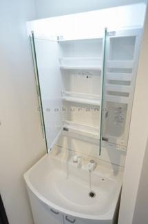 忙しい朝にうれしい洗髪洗面化粧台付です。三面鏡の裏側には収納スペースがあり、化粧品などがすっきり片付きます。