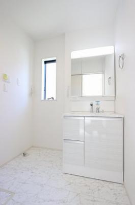 独立洗面台で身支度をすべて済ませてしまいましょう:建物完成しました♪♪毎週末オープンハウス開催♪三郷新築ナビで検索♪