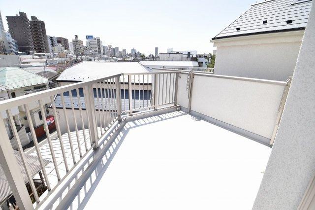 屋上のルーフバルコニーからは開放的な景色が眺められます。