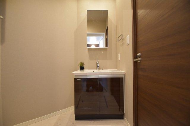シックなデザインのお洒落な独立洗面台!