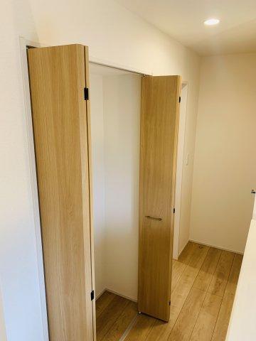 【同仕様施工例】WICがあるお部屋です。ママのお洋服もすっきり片付けられます。