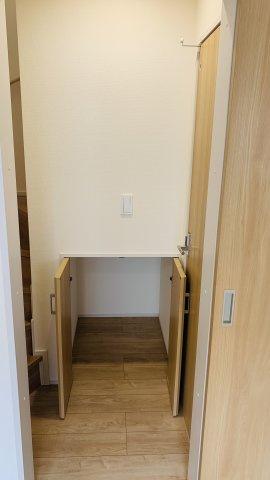 2階ホール 季節物の家電や掃除用具など収納できます。