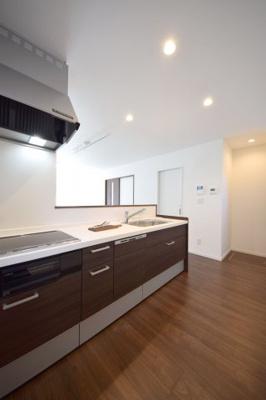 キッチン横の収納庫はストック品や非常食の収納に便利です。