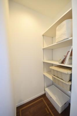 洗面所には収納スペースがあり、タオルや着替えの服を置いておくのに非常に便利です。