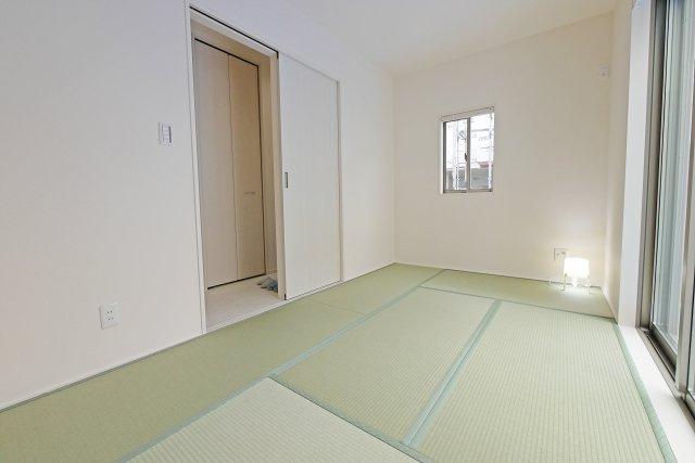 -同社施工例- 洗面室には窓が設けられており、換気もばっちりです◎