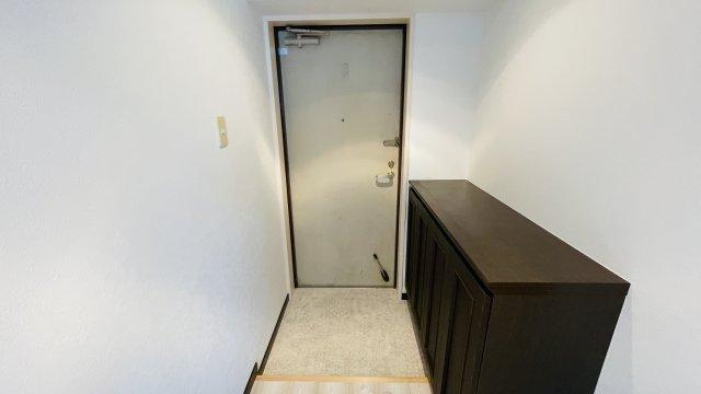 シューズボックスはやや小さめ。上部にスペースがあるので棚を追加してもいいですね