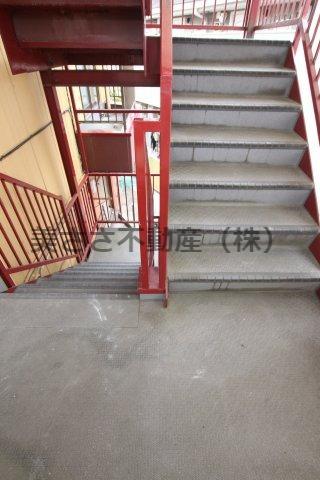 幅広の階段。2・3階の部屋も上り下りしやすいです。