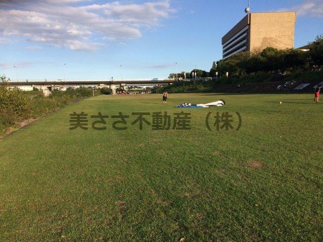 市庁舎前浅川河川敷広場で、芝生の上に寝転ぶ。 浅川沿いでの心地良い風、太陽、そして空気を全身に取り込んで下さい。