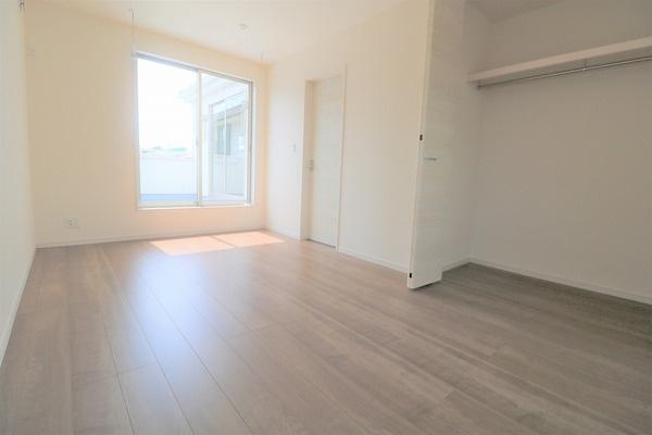【洋室】 2階バルコニーに面した7.5帖洋室です。大きなクローゼット付き♪