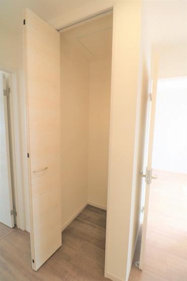 【収納】 2階の廊下のクローゼット。掃除道具など収納できます♪