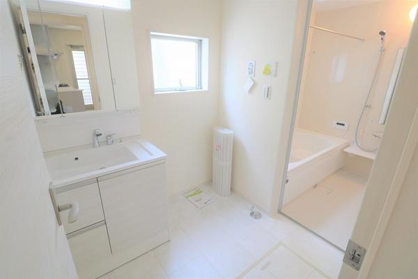 【洗面室】 白基調の清潔感のある広々洗面室♪
