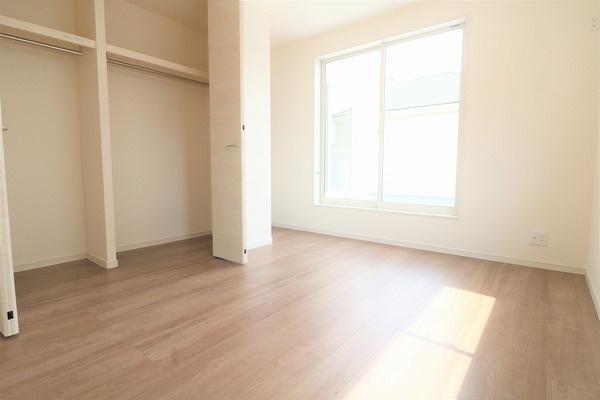 【洋室】 2階バルコニーに面した6.5帖洋室です。大きなクローゼット付き♪