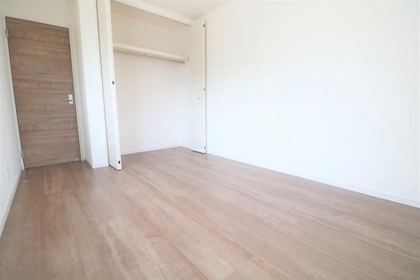 【洋室】 2階6.09帖洋室です。大きなクローゼット付き♪