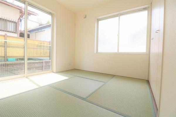 【和室】 大きな窓があるので明るいです♪