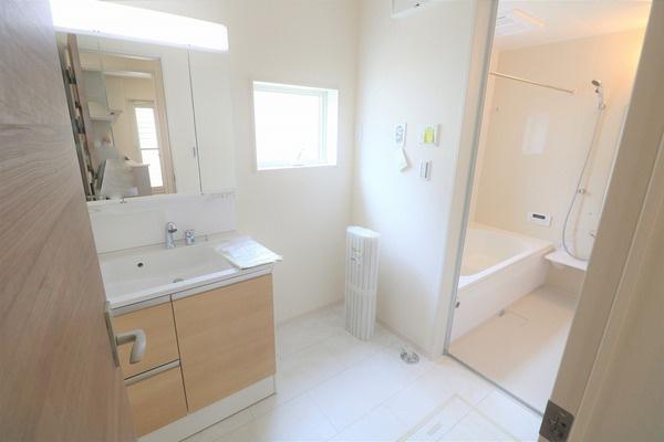 【洗面室】 白基調の清潔感のある広々洗面室。床下収納もございます♪