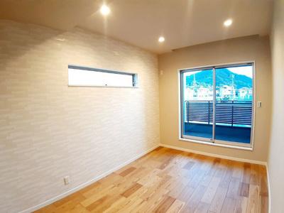 【11号地モデルハウス】 2Fの洋室です。窓は遮熱・断熱効果のある複層ガラスを採用☆結露も防ぐのでカビを抑制し、アレルゲン発生を防ぎます!