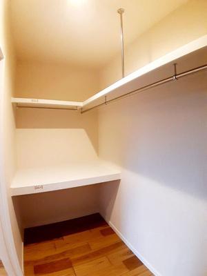 【11号地モデルハウス】 たっぷり収納できる、大容量のウォークインクローゼット☆鏡を置いてママ専用のパウダールームにもできますよ!
