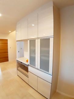 【11号地モデルハウス】 たっぷり収納できるキッチンのカップボードは生活感が出にくのでお部屋の雰囲気も美しくまとまります。また、地震などの揺れを感知するとストッパーが下りて、収納物の落下を防ぎます!