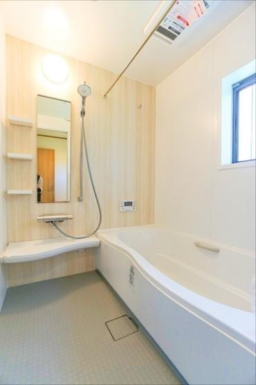 広々とした清潔感のある浴室です。 このバスルームで一日の疲れを癒してください!