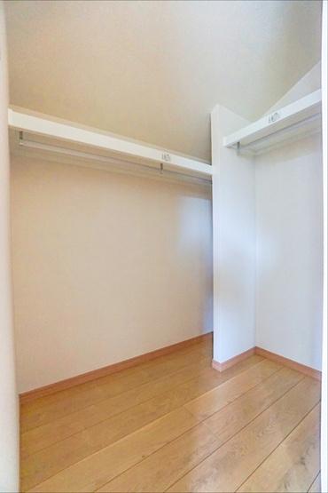 WIC!! 収納が多いと、棚を置く必要もなく、お家の中がスッキリしますね!