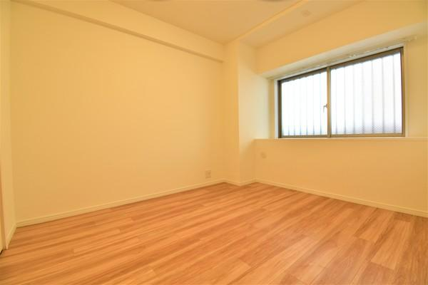 明るく収納豊富な洋室!!WICもあるので収納にも困りません! 荷物が多いい方には安心♪