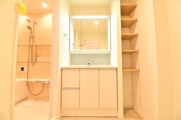 お化粧もしやすい三面鏡付き独立洗面台 収納もしっかりあり、洗剤などもしまっておけます!