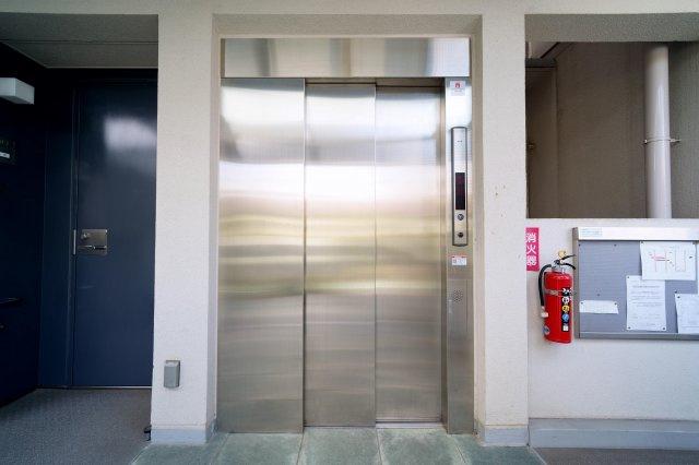 北東側約7.6帖の洋室です。