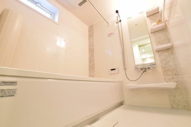 ◇Bath room◇タカラスタンダード社のバスルームと洗面台。保温材を使用したバスルームは冬でも温かく快適です。洗面台は汚れにくく掃除がしやすいメラニン化粧板を使用しています。【同仕様】