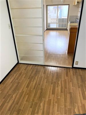 4.5帖の洋室からキッチンに向かって見た感じです