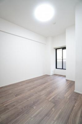 【西側洋室約6.4帖】 建材の色合いからモダンテイストも似合いそうな洋室。 主寝室としてもご利用頂ける広さがあり、 大型の家具を置くなど使い勝手も良いです。