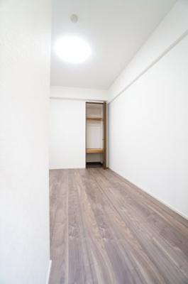 【西側洋室約6.4帖】 コートやスーツだけでなく、収納棚を中にしまえば ニットやパンツも中にしまえて お部屋をすっきりとお使いいただけます! お部屋のコーディネートと幅が広がります♪