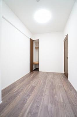 【東側洋室約6帖】 シンプルに纏められた洋室部分。 クロスとフローリングは主張せず、 お好みのインテリアを活かしたレイアウトが実現します。