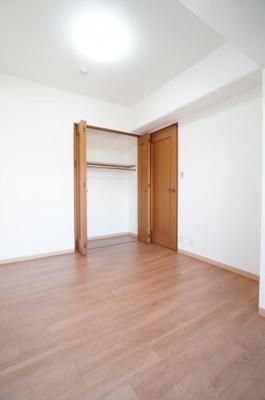 【南側洋室5.8帖】  居室にはクローゼットを完備し、 自由度の高い家具の配置が叶うシンプルな空間です。