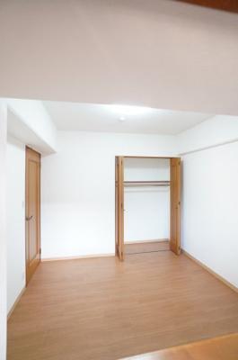 【北側洋室5.8帖】  コートやスーツだけでなく、収納棚を中にしまえば ニットやパンツも中にしまえて お部屋をすっきりとお使いいただけます! お部屋のコーディネートと幅が広がります♪