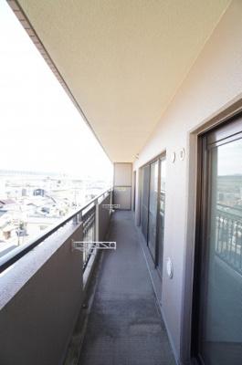 3室にまたがるワイドスパン設計のバルコニーは、 前面棟も無く、新幹線車両基地が見えます! 陽当たりもよく、お洗濯物も一気に干す事が出来ます!