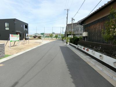 団地内道路は幅員6mを確保しています。車のすれ違いや敷地内への駐車もしやすいですよ!通り抜け不可なので一般車が進入してくる心配もないです。