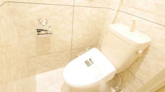 石張調の豪華なトイレです。温水洗浄便座付き