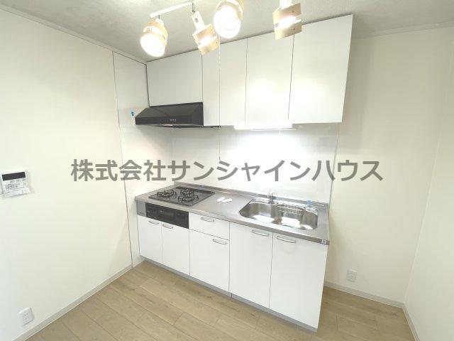 白を基調とした清潔感のあるキッチンです。スポットライトが付いていてお洒落な仕様になってます。