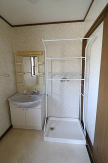 お風呂に隣接した脱衣所に洗濯機置き場があるので脱いだ服をそのまま洗濯機に入れてもOK! 広い洗面化粧