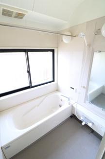 換気できる窓付き。浴室暖房乾燥機が付いているので冬は脱衣室まで暖かくすることもでき、花粉・梅雨時期は