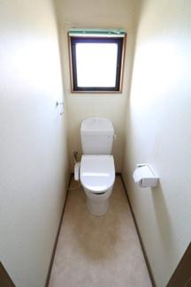 換気ができる窓がついています。便器上に棚があるのでトイレの備品も置けるので便利。もちろん洗浄暖房便座